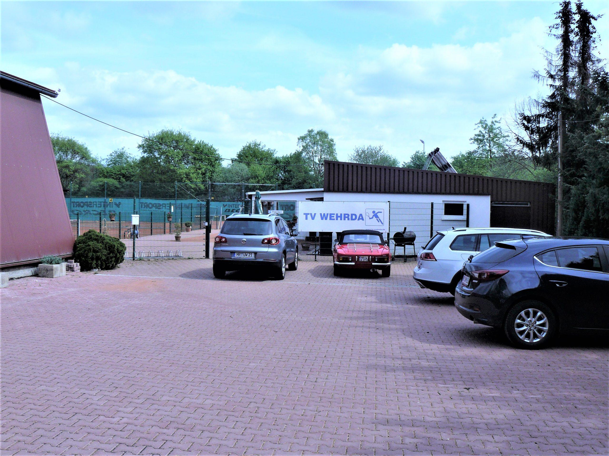 Parkplatz mit Eingang